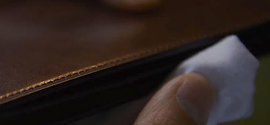 日本製の革財布作り。
