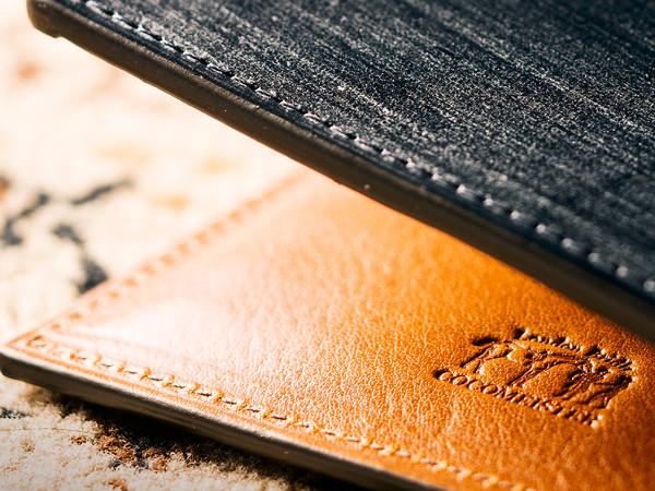 二種類の革で仕立てられた折財布