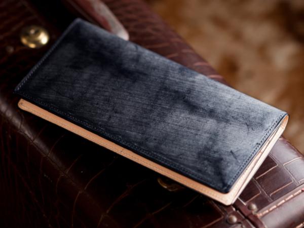 ネイビーカラーのブライドルレザー財布