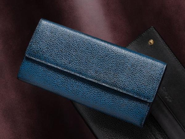 ネイビーカラーの革財布