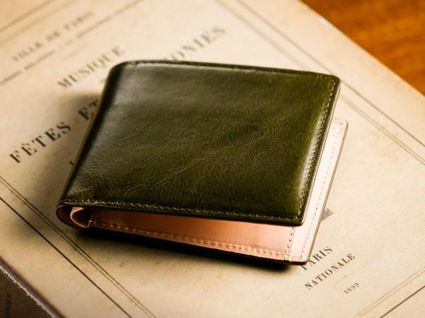 オリーブ色の折財布