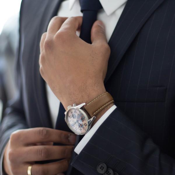 紺色・黒色スーツに共通したおすすめの財布色