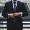 黒・紺色のスーツに似合う長財布