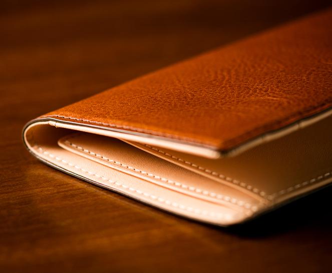 黒・紺色のスーツスタイルに適したスリムデザイン長財布