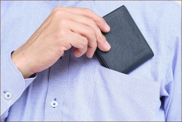 ワイシャツの胸ポケットにも収納出来るスリムさ